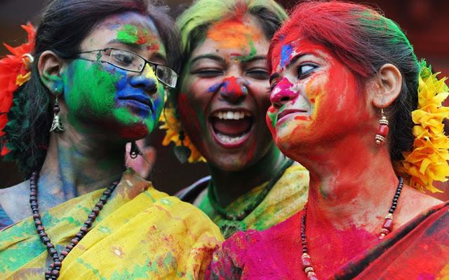 Foto von Menschen während des Holi-Fests
