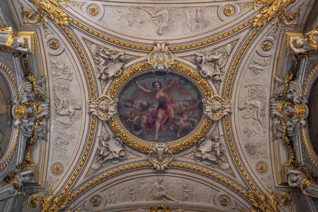 Ein Bild, das Gebäude, golden, Altar, Decke enthält.  Automatisch generierte Beschreibung